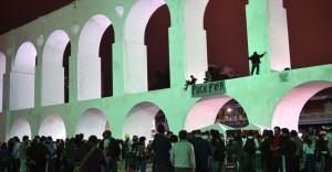 20jun2014---ativistas-penduram-faixa-contra-a-fifa-nos-arcos-da-lapa-no-rio-de-janeiro-durante-protesto-1403314301410_956x500